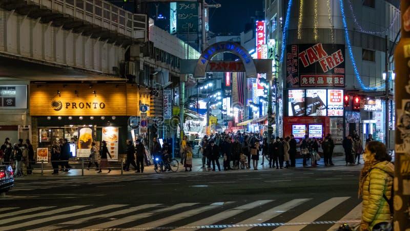 Рынок Ameyoko или Ameyayokocho около станции Ueno Главная торговая улица в Токио Японский текст рекламирует имя рынка и стоковые фотографии rf