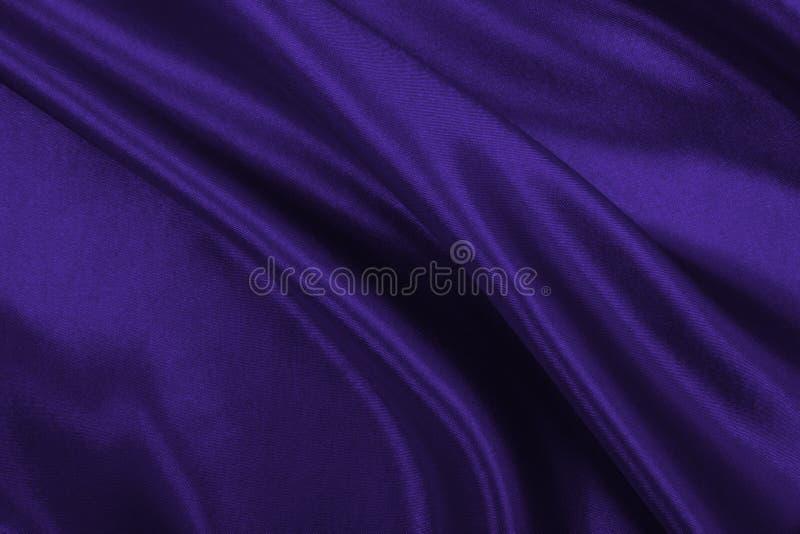 Ровная элегантная текстура ткани шелка или сатинировки сирени роскошная как абстрактная предпосылка Роскошный дизайн предпосылки стоковые изображения rf