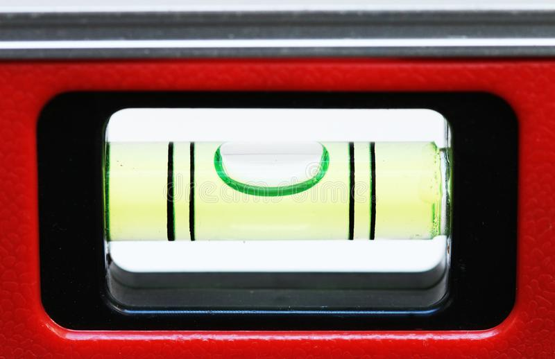 Ровный инструмент с красным алюминиевым стальным телом сплава и зеленый бар воды для точного измерения стоковое фото rf