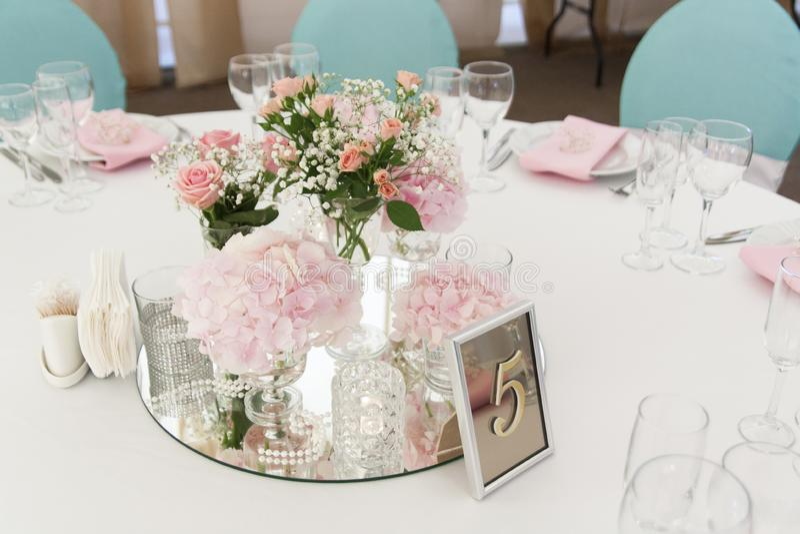 Розовые цветки в небольших стеклянных вазах стоят на зеркале на день свадьбы стоковые фотографии rf