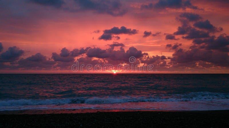 Розовый заход солнца на Чёрном море в вечере стоковая фотография