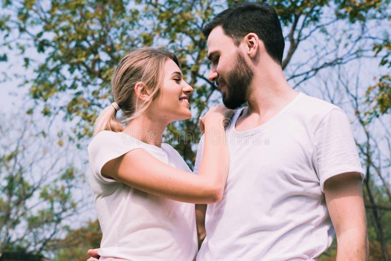 Романтичные любовники наслаждаются одином другого в парке стоковое изображение rf
