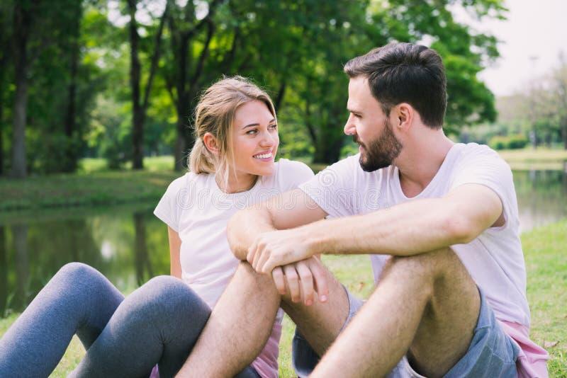 Романтичные любовники наслаждаются одином другого в парке стоковые изображения