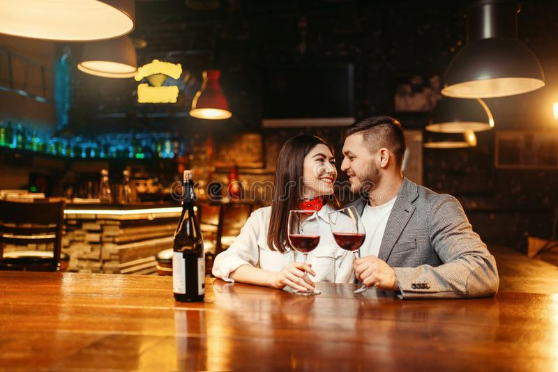 Романтичный вечер, пара в баре, торжество даты стоковые фотографии rf