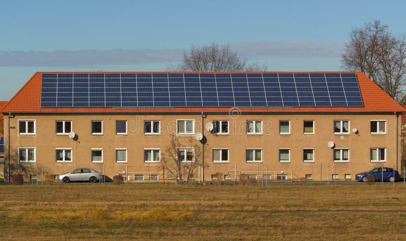 Родовое здание с большими панелями солнечных батарей стоковое фото