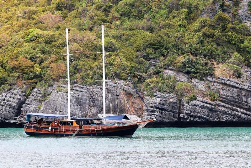 Роскошное плавание яхты в тропических острове, пляже с белым песком и море на Samui стоковая фотография