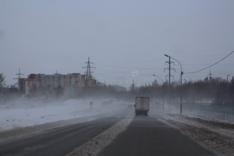 Ñ- руÑ- Ñ  schlechte Sicht auf der Straße im Winter auf dem Bahnschneesturm fegt gefährliche Wetterbedingungen der Reise lizenzfreies stockfoto