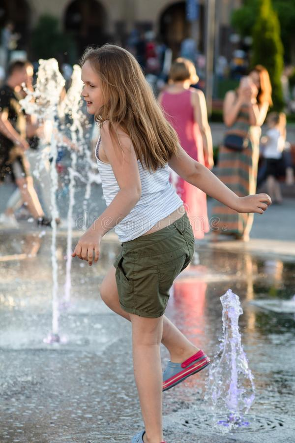 Ñ  hildren bawić się w wodnej fontannie fotografia stock