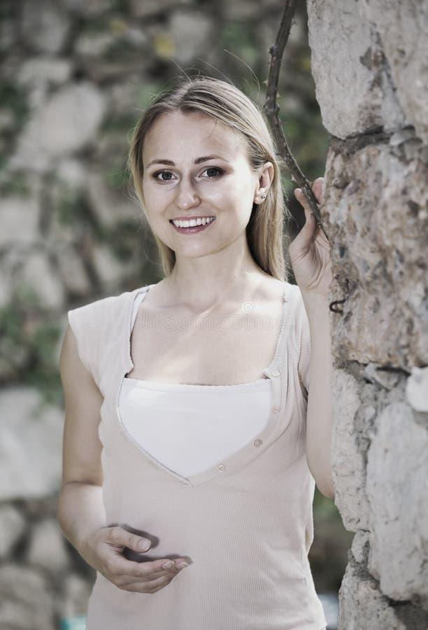 Ñ  loseup van vrolijke jonge vrouw in openlucht status stock afbeeldingen