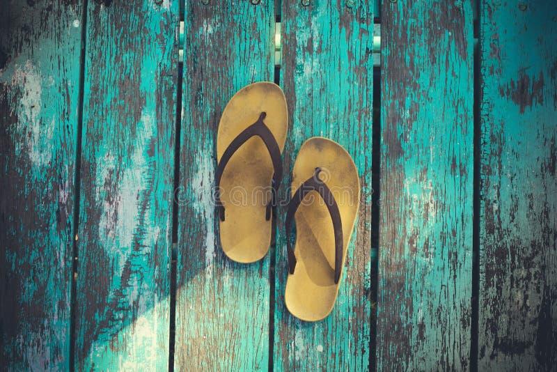 Żółci sandały na starym drewnie zdjęcie royalty free