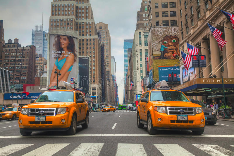 Żółci taxi przy Miasto Nowy Jork ulicą fotografia royalty free