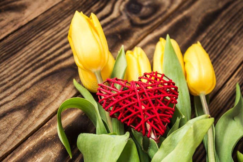Żółci tulipany i handmade czerwony serce fotografia stock