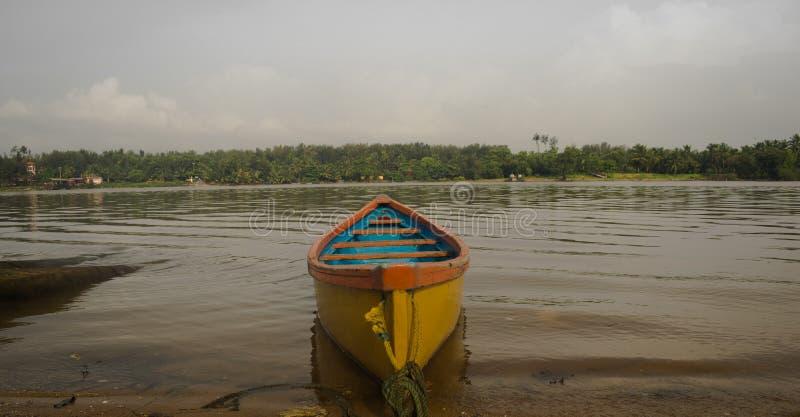 Żółta łódź w Mangalore fotografia royalty free