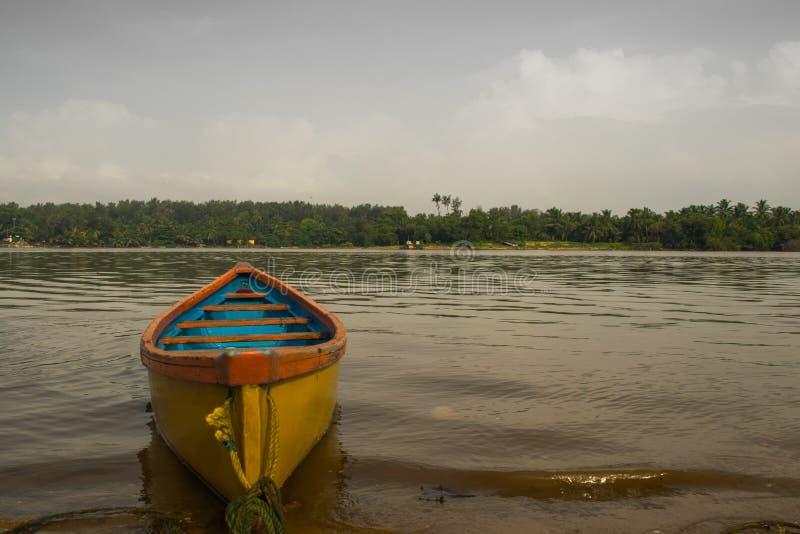 Żółta łódź w Mangalore obraz stock