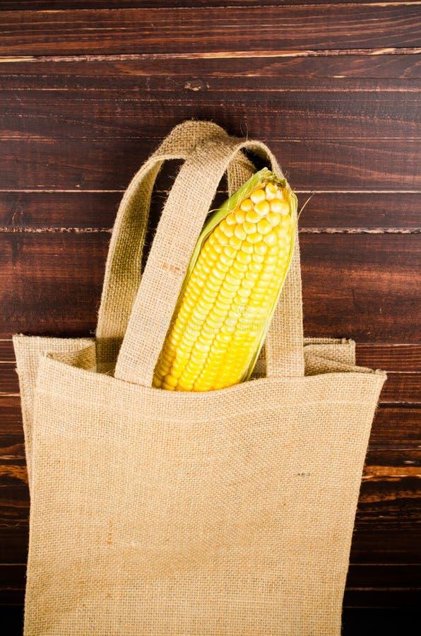 Download Żółta świeża Kukurudza W Workowej Torbie Zdjęcie Stock - Obraz złożonej z warzywo, odosobniony: 53785886