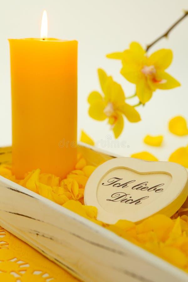 Żółta świeczka i orchidee obrazy stock
