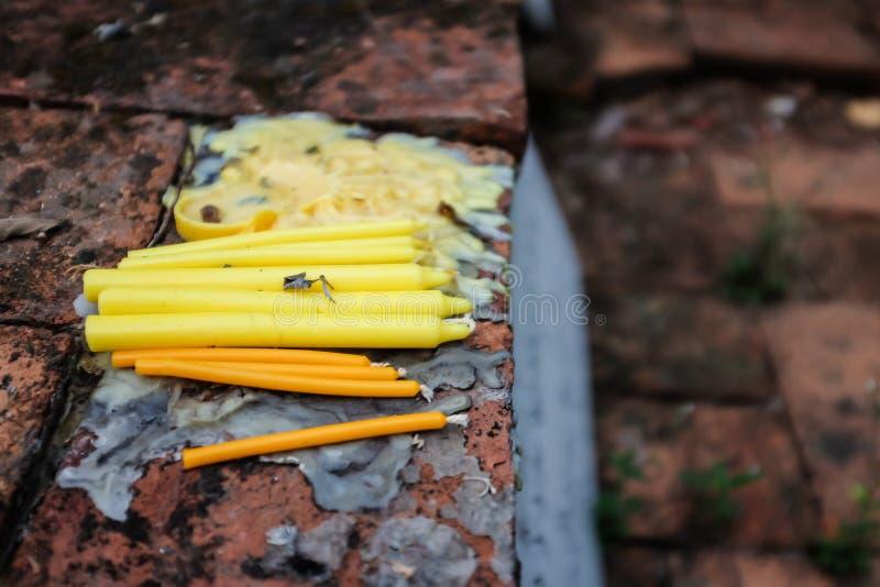 Żółta świeczka na starej cegle obraz stock
