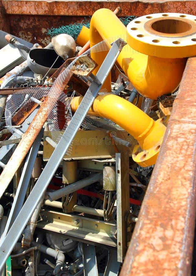 Żółta benzynowa drymba w wysypisku odpady zdjęcia stock