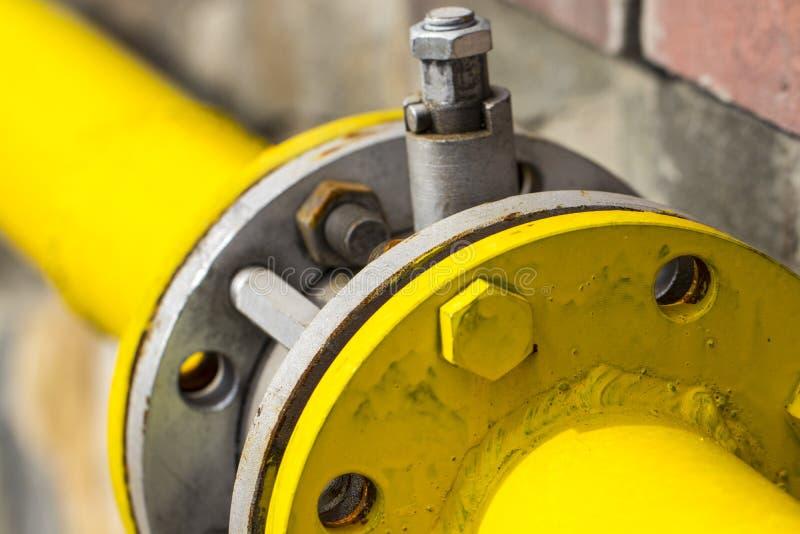 Żółta benzynowa drymba z przekładnią i żurawiem zdjęcie royalty free