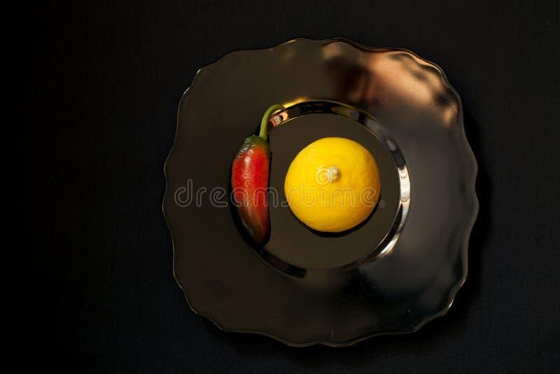 Żółta cytryna i chłodny pieprz obrazy stock