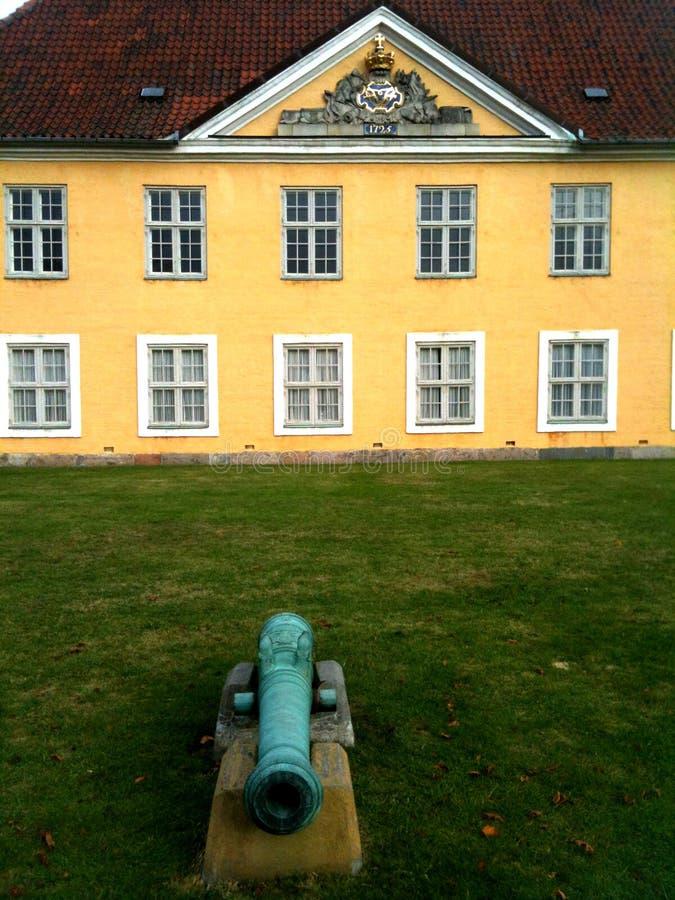 Żółta Historycznego budynku Kopenhaga cytadela Dani fotografia royalty free