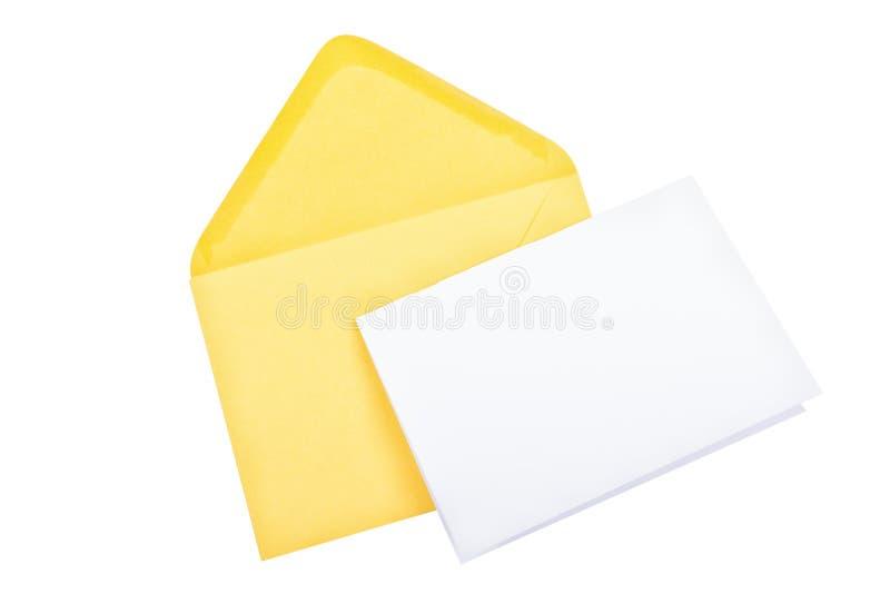 Żółta koperta z pustym papierem na białym tle obraz stock