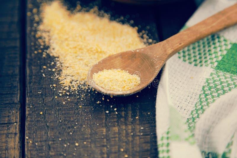 Żółta kukurydzana mąka na nieociosanym drewnianym stole Składniki dla przygotowywają zdjęcia royalty free