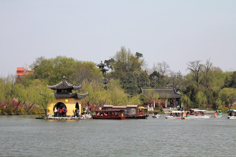 Żółta pagoda w Nikłym Zachodnim jeziorze zdjęcie royalty free