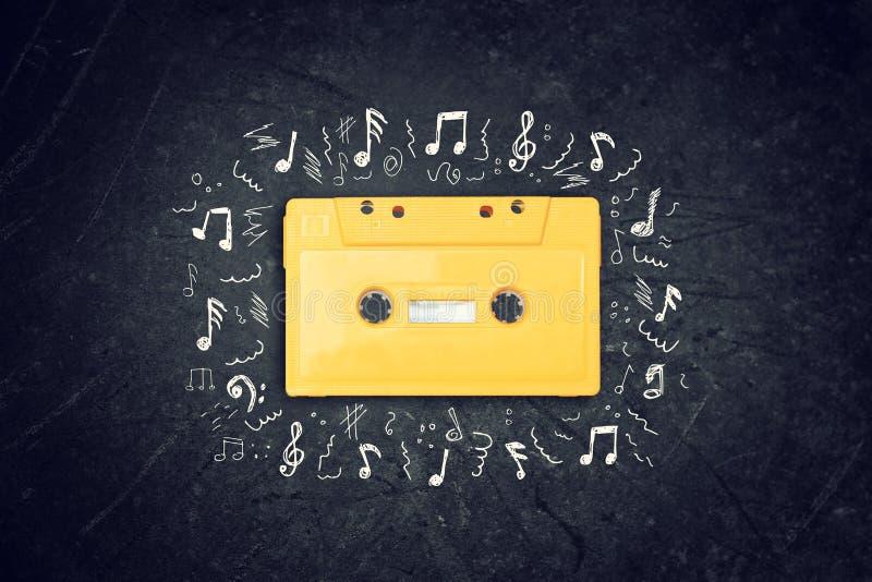Żółta retro kasety taśma nad blackboard Odgórny widok muzyk nakreślenia fotografia royalty free