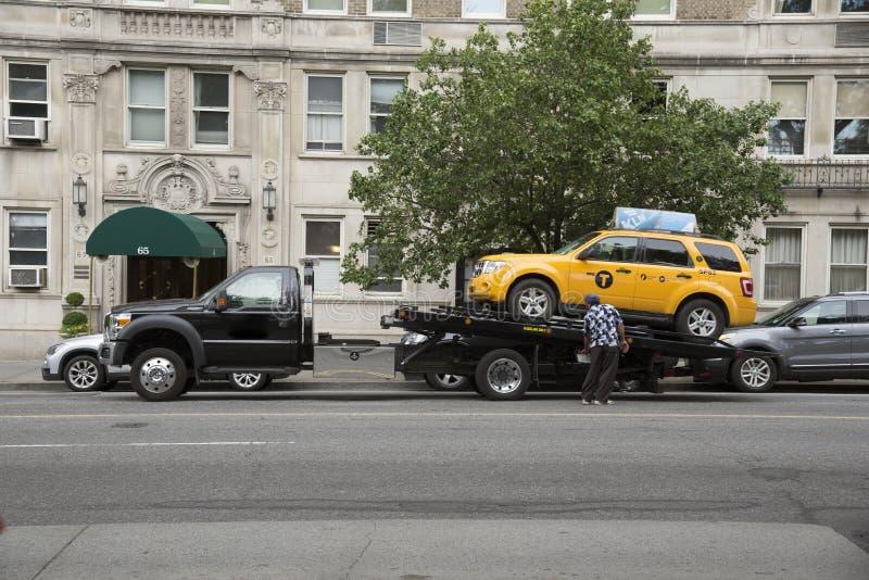Żółta taksówka na holowniczej ciężarówki Nowy Jork usa zdjęcia stock