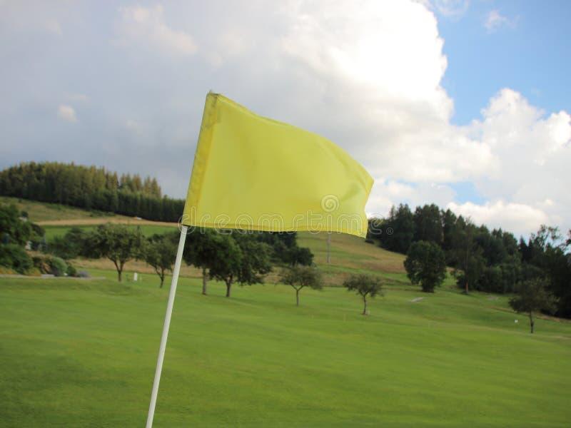 Żółta Wietrzna flaga przy polem golfowym na górze obrazy stock