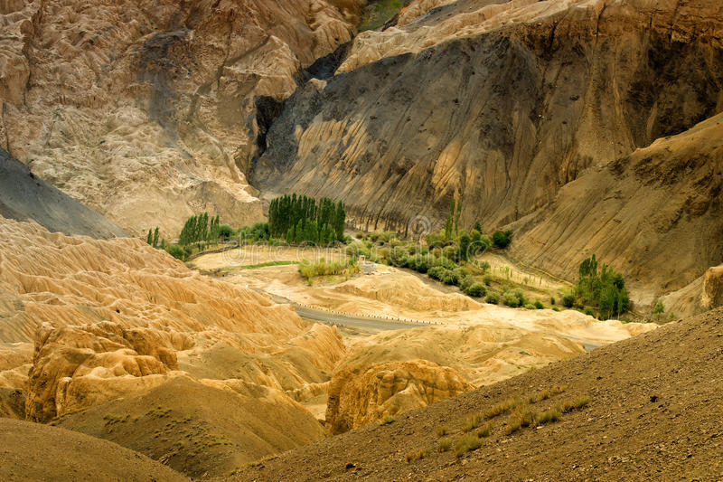 Żółte colourful skały i kamienie, moonland, ladakh krajobrazowy Leh, Jammu Kaszmir, India zdjęcie royalty free