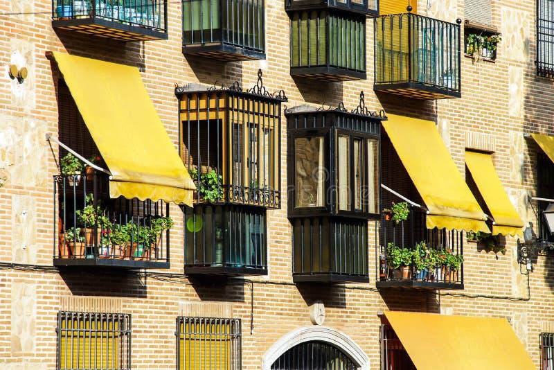 Żółte markizy na dom ścianie zdjęcie royalty free