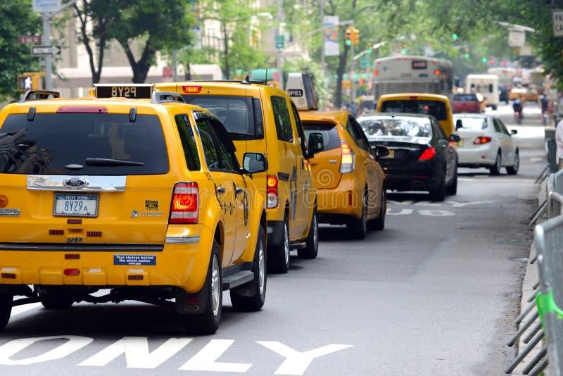 Żółte taxi taksówki w ruchu drogowym obrazy royalty free