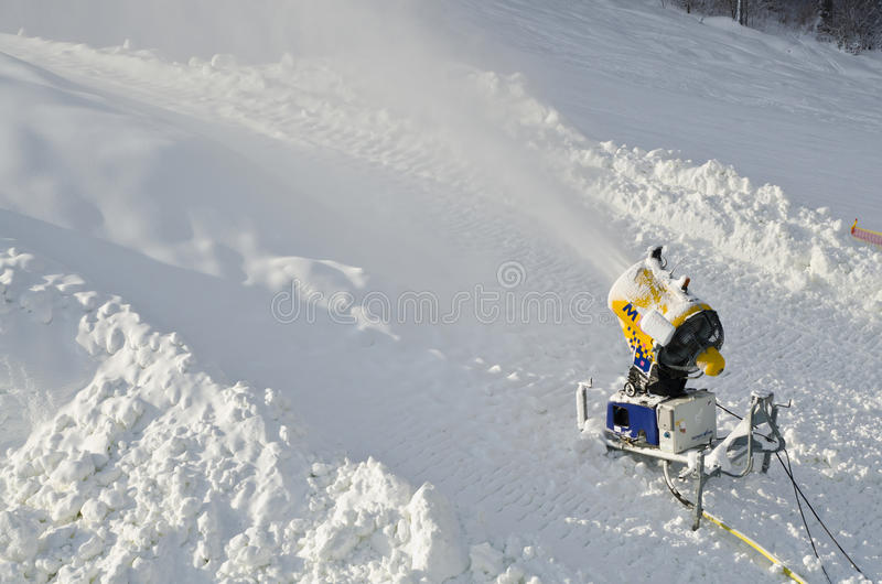 Żółtego śnieżnego producenta śniegu maszynowy pistolet, śnieżny działo przy narciarskimi skłonami ucieka się - standardowego wypo obrazy stock