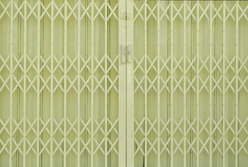 Żółtego metalu grille ślizgowy drzwi fotografia stock