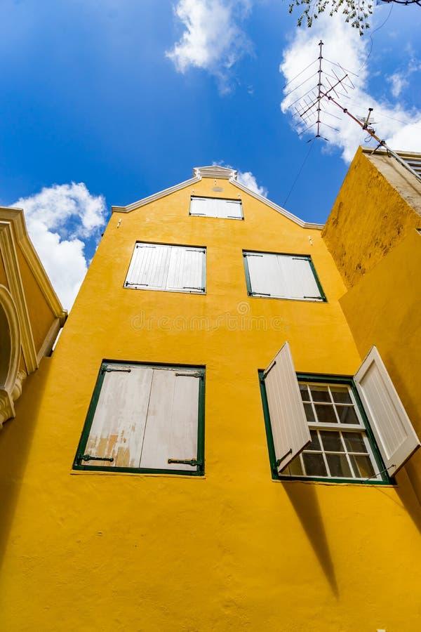 Żółty budynek - Punda Curacao widoki zdjęcie stock