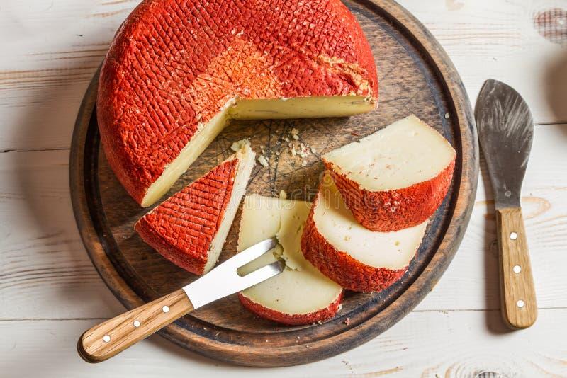 Żółty ciężki ser z czerwonym woskiem obraz stock