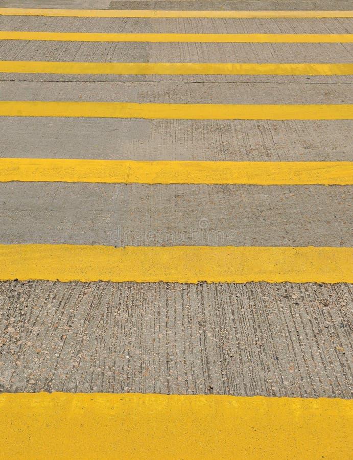 Żółty crosswalk na drodze zdjęcie royalty free