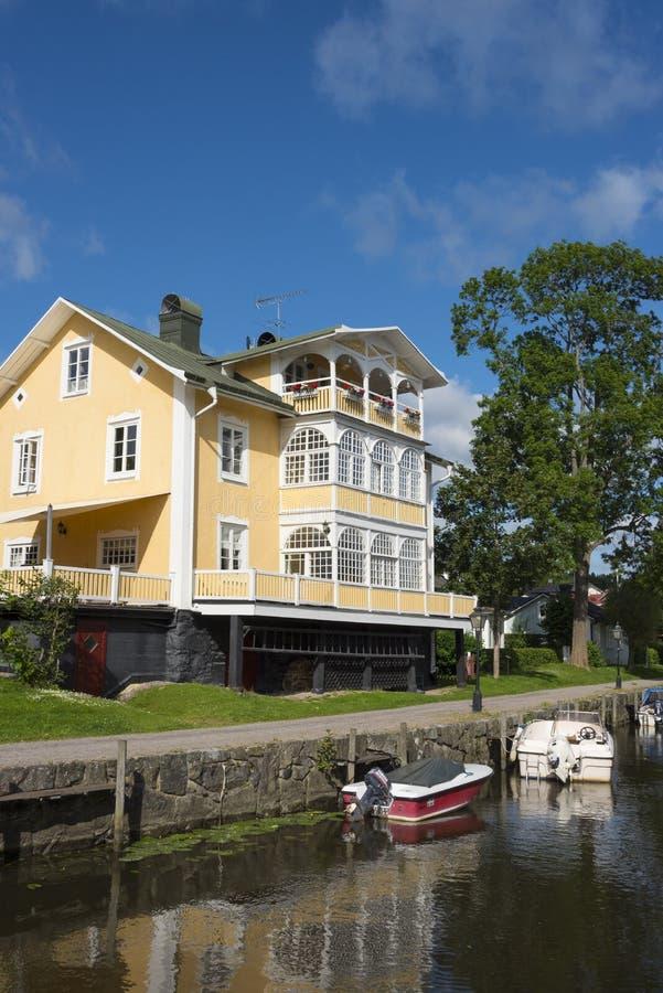 Żółty drewniany mieszkaniowy domowy Trosa zdjęcia royalty free