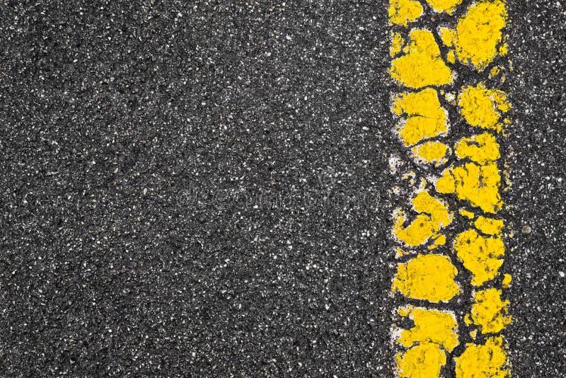 Żółty Drogowego ocechowania lampas Na Asfaltowym tle zdjęcia stock