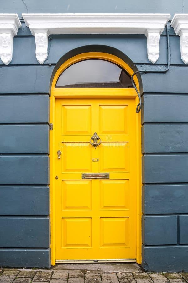 Żółty drzwi fotografia stock