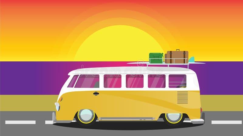 Żółty hipisa samochód dostawczy na zmierzchu zdjęcie stock
