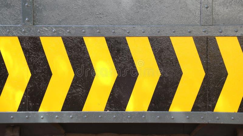 Żółty i czarny strzała znak na stalowym talerzu obraz stock