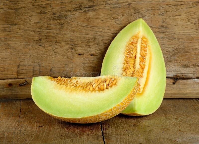 Żółty kantalupa melon na drewnianym tle obrazy royalty free
