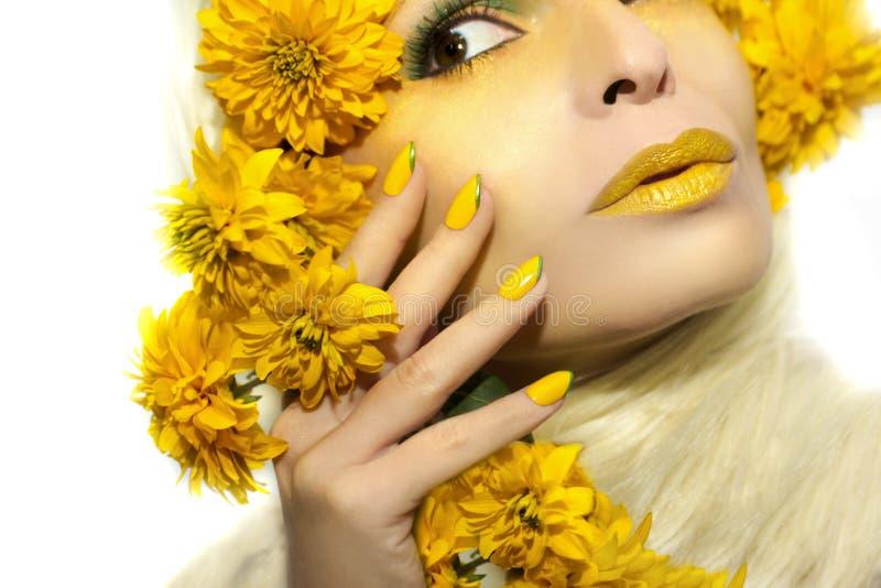 Żółty makeup i manicure fotografia stock