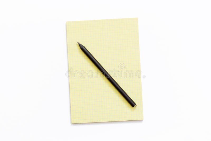 Żółty Notepad i ołówek na białym tle zdjęcie stock