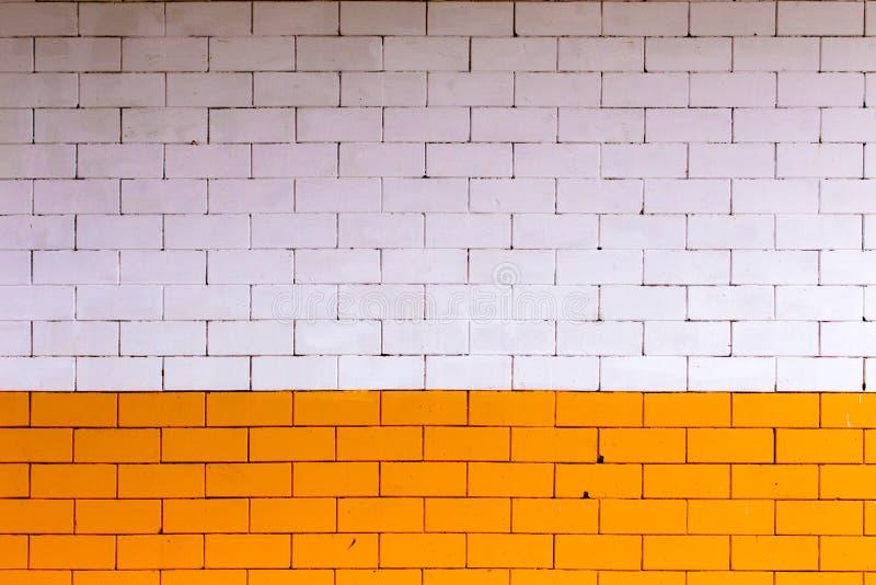 Żółty pomarańcze i bielu ściana z cegieł Kolor ściana robić od dużej wielkościowej dekoraci ściany cegły i żadny gipsowania fotografia stock