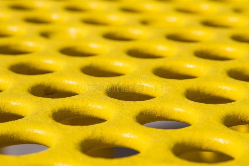 Żółty Pykniczny stół z dziury teksturą zdjęcia stock