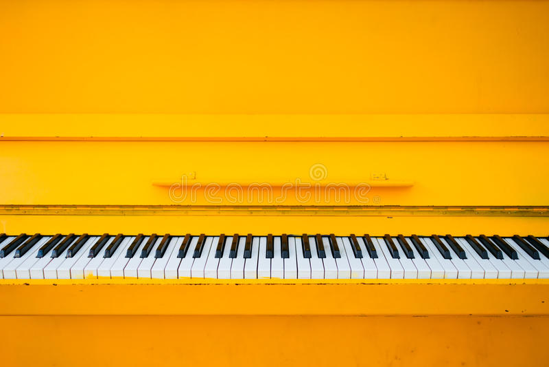 Żółty rocznika pianino obrazy royalty free